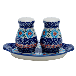 Salt and pepper shakers (A12 D3)